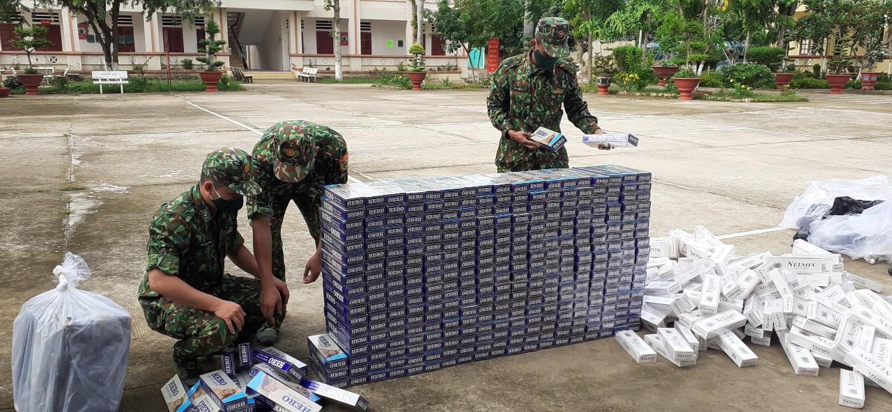 Biên phòng An Giang liên tiếp bắt giữ hàng nghìn gói thuốc lá lậu qua biên giới - ảnh 1