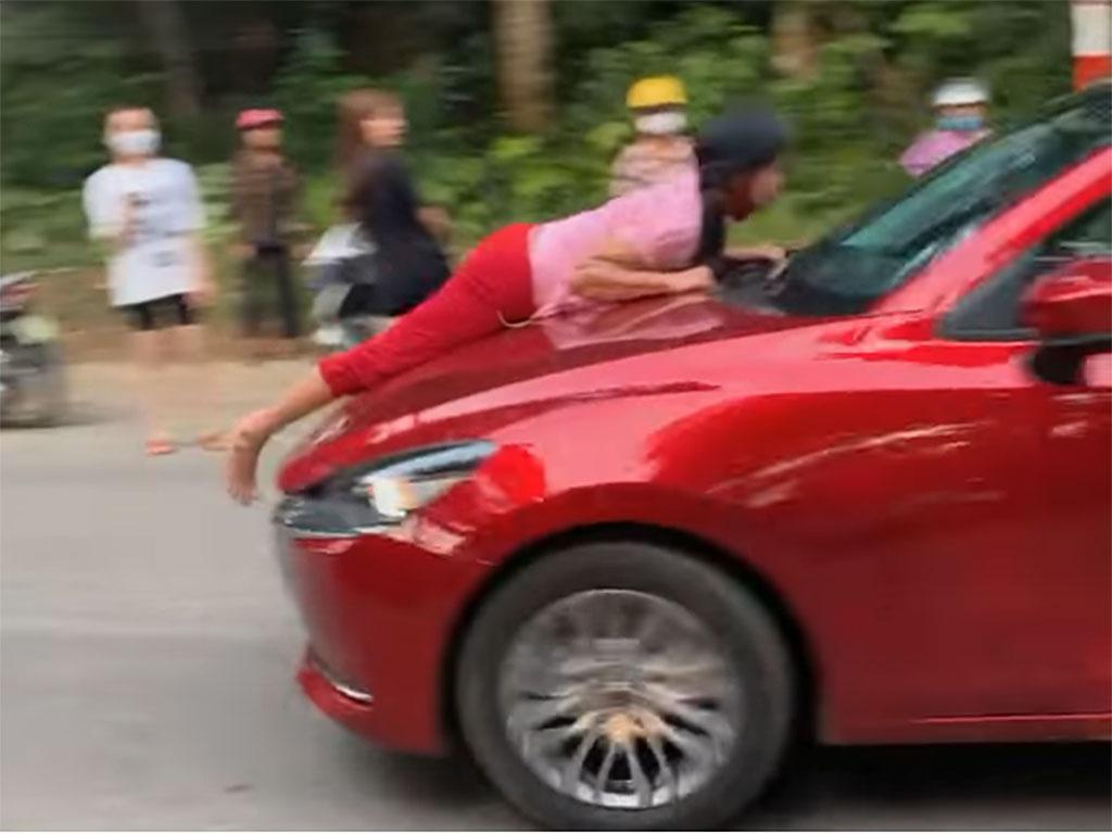 Phẫn nộ chồng phóng xe bạt mạng khi vợ bám trên nắp capo