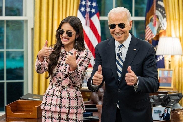 Trang phục khi gặp Tổng thống Joe Biden của nữ ca sĩ Philippines gây sốt toàn cầu - ảnh 1