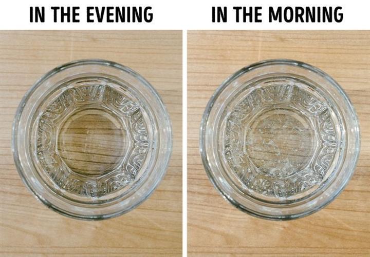 Vì sao không nên để cốc nước qua đêm gần giường ngủ? - ảnh 1