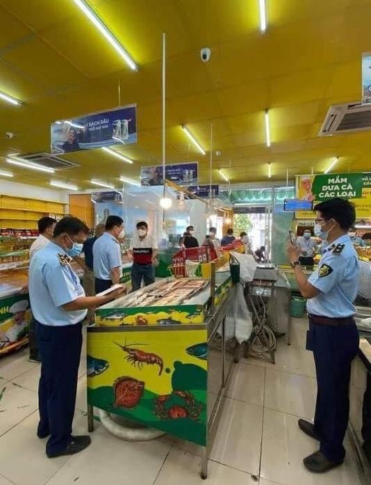 Quản lý thị trường kiểm tra cửa hàng Bách Hóa Xanh ở TP.HCM