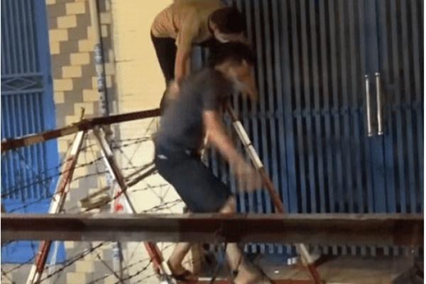 2 người trèo rào phong tỏa, dân mạng bức xúc: 'Phải nằm thở oxy mới biết sợ' - ảnh 1