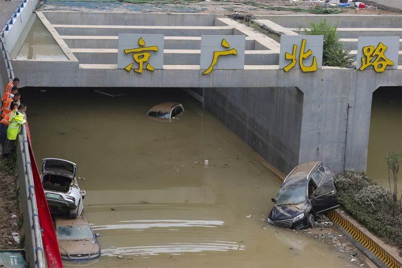 Hàng trăm ôtô bị nhấn chìm trong đường hầm ngập nước ở Trung Quốc - ảnh 1