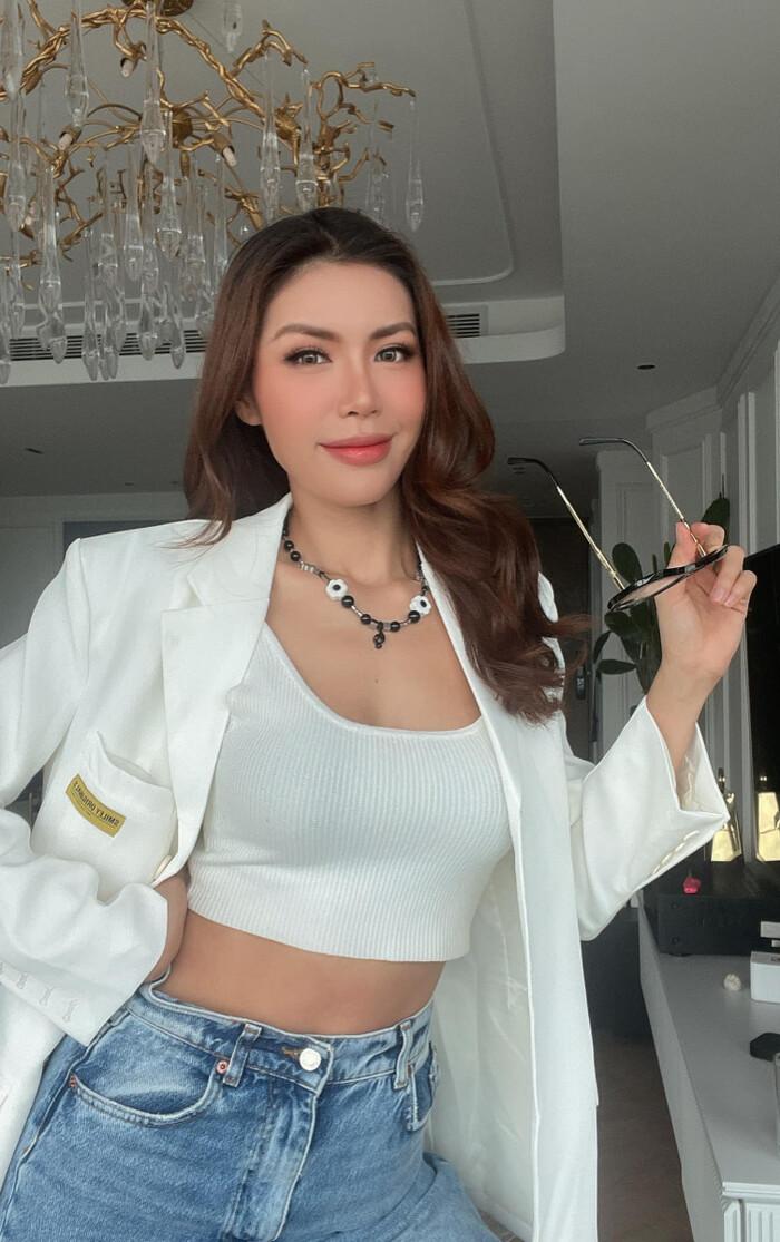 Cẩm Đan mặc set đồ tập ''mỏng dính'', Minh Tú khoe eo thon ngực đầy trong loạt ảnh tại gia - ảnh 1