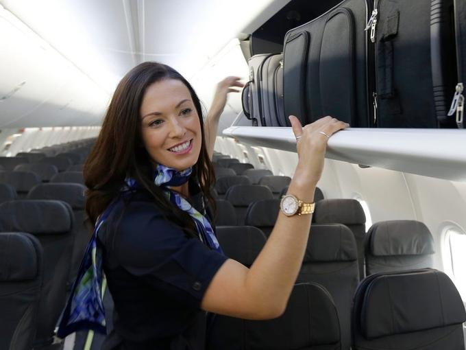 Những điều tiếp viên hàng không 'soi' khi lên máy bay