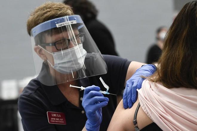 Tiêm vaccine Covid-19 góp phần ngăn chặn các chủng virus tiếp tục đột biến và lây lan - ảnh 1