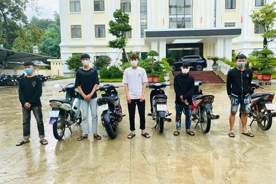 """""""Bốc đầu"""" xe máy giữa mùa dịch, 6 thanh niên nhận cái kết đắng - Pháp luật"""