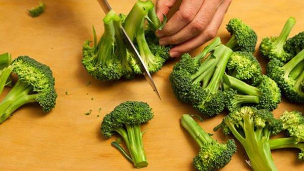 Đừng luộc nữa, thịt gà đem xào với rau này đảm bảo ăn bao nhiêu cũng hết - ảnh 1