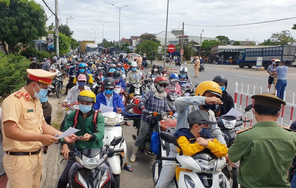Người dân Quảng Nam vội rời Đà Nẵng về quê, ùn tắc kéo dài