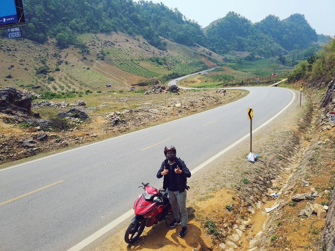 Travel blogger bước ra từ quân đội, đi đâu cũng mang theo Quốc kỳ Việt Nam