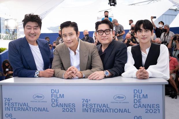 Dàn sao Hàn đổ bộ thảm đỏ Cannes 2021: Nam thần Im Si Wan bảnh hết nấc, tài tử Lee Byung Hun khí chất quyền lực ở trời Tây