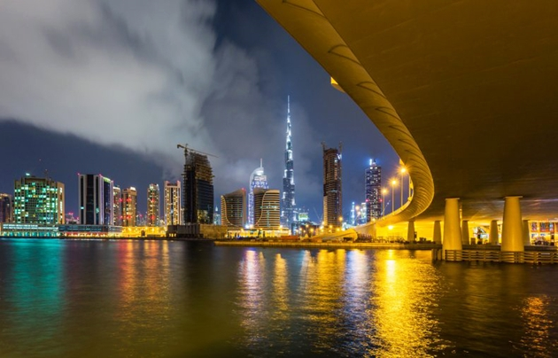 Sa mạc UAE lênh láng nước sau khi làm mưa nhân tạo giữa cái nóng thiêu đốt gần 50 độ C - ảnh 1