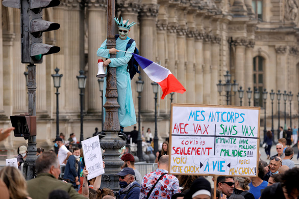 """Hàng chục ngàn người Pháp xuống đường phản đối """"phải có giấy chứng nhận tiêm vắc xin"""""""