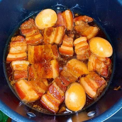 Chẳng cần chưng nước hàng, món thịt kho tàu vẫn lên màu chuẩn đét nhờ nguyên liệu quen thuộc này!