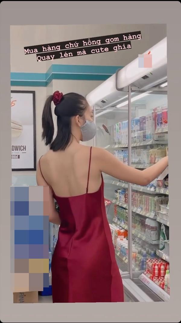 Hoa hậu Tiểu Vy táo bạo mặc váy ngủ đi siêu thị - ảnh 1
