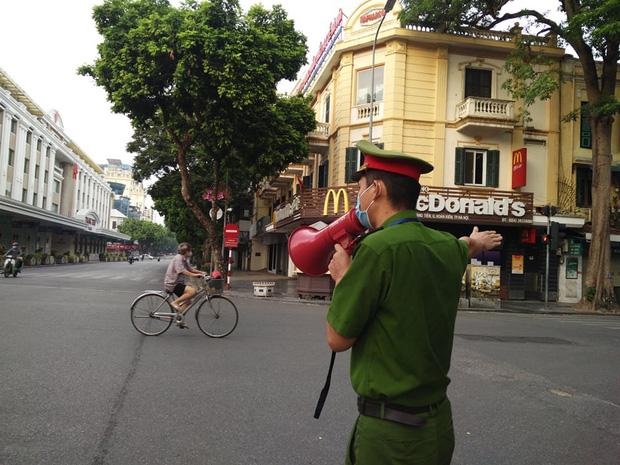 Hà Nội: Nhiều người ra đường không có lý do chính đáng bị xử phạt - ảnh 1