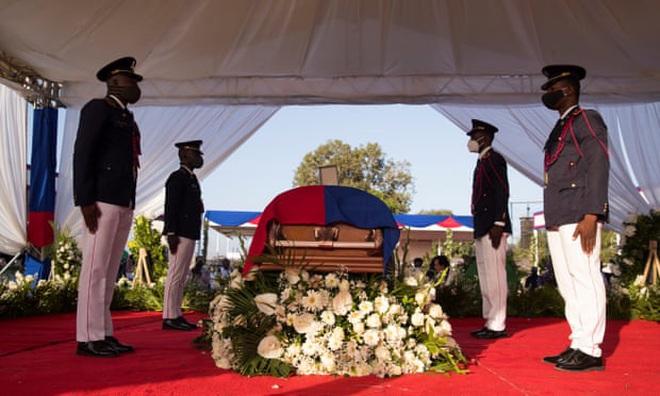 Nổ súng tại lễ tang Tổng thống Haiti, quan khách vội vã tìm nơi trú ẩn - ảnh 1