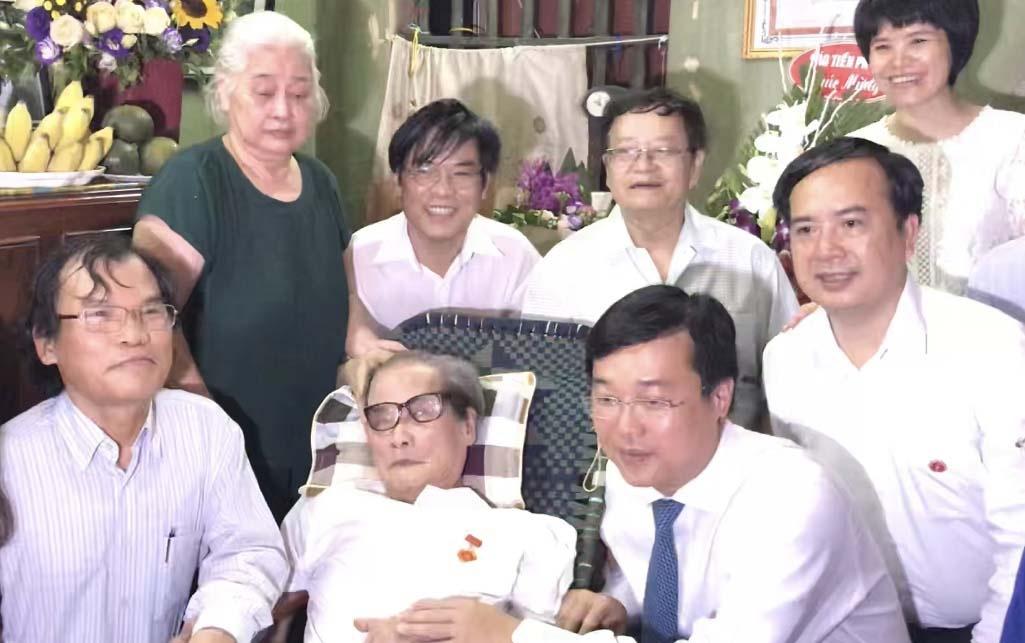 Nhà văn Sơn Tùng mãn nguyện khi nhận Huy hiệu 70 năm tuổi Đảng ở tuổi 91 - ảnh 1