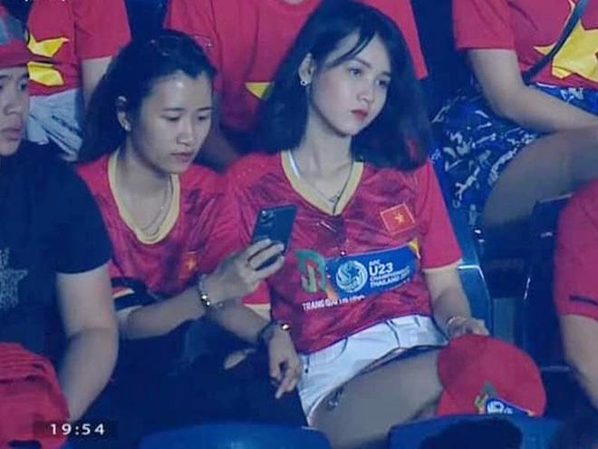 """Hot girl """"nổi như cồn"""" trên khán đài dự đoán Việt Nam thắng UAE 2-1"""