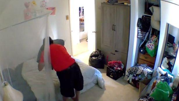 Đặt camera giám sát căn hộ lúc đi vắng, cô gái rợn người phát hiện hành động biến thái của chủ nhà - ảnh 1