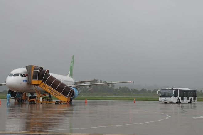 Chuyến bay đầu tiên đón công dân từ TPHCM về đến Gia Lai - ảnh 1