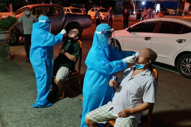 Quảng Bình: Lái taxi dương tính SARS-CoV-2 tiếp xúc hàng chục hành khách - ảnh 1