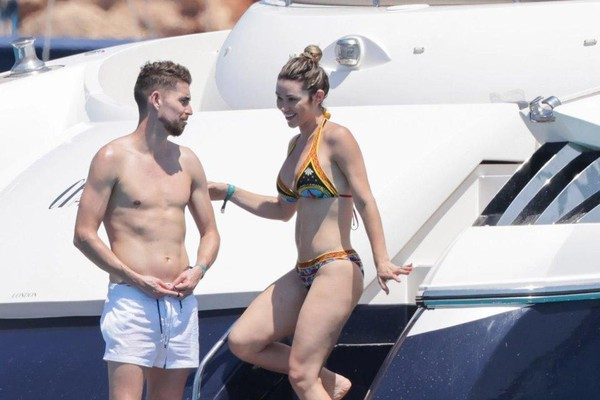 [ẢNH] Bạn gái Jorginho khoe thân hình bốc lửa trên du thuyền - ảnh 1