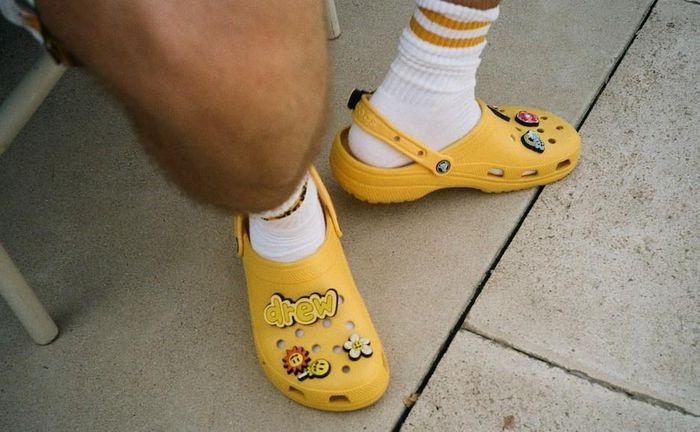 Hãng giày dép xấu nhất thế giới lao đao vì hàng giả