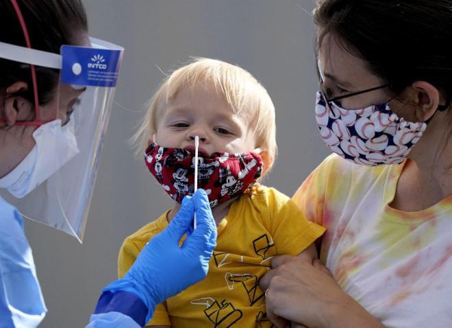 Đáp ứng miễn dịch ở trẻ em mạnh mẽ hơn người lớn khi mắc COVID-19 - ảnh 1