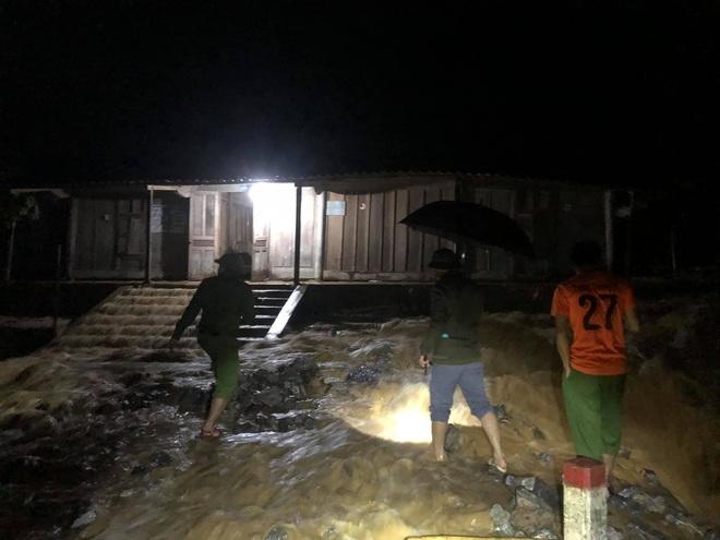Mưa lớn suốt 24 giờ gây ngập lụt ở huyện cao nhất Nghệ An - ảnh 1