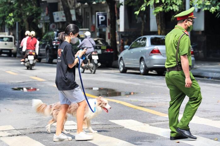 Hà Nội: Xử phạt 2 triệu đồng đối với cô gái dắt chó đi dạo trong buổi đầu giãn cách xã hội