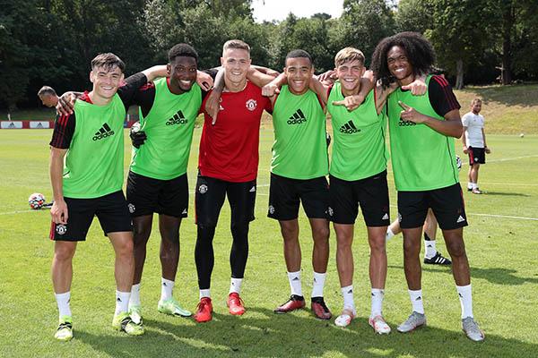 Man Utd tập hăng say, xuất hiện cạ cứng với De Gea, Henderson - ảnh 1