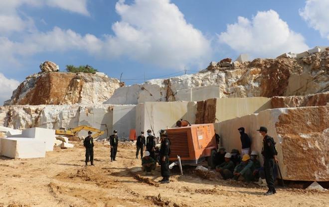 Khởi tố vụ khai thác đá trắng quy mô lớn ở Nghệ An - ảnh 1