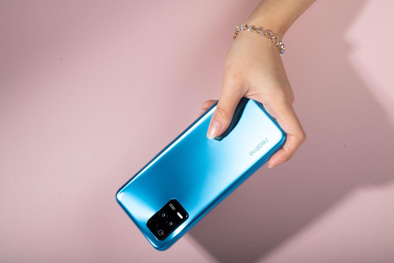 Trên tay chiếc điện thoại 5G hot nhất của realme: Xem phim cả ngày, cày game lướt web siêu nhanh, siêu khỏe! - ảnh 1