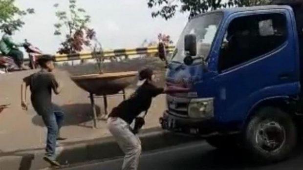 Thực hiện thử thách chặn đầu xe tải bằng tay không trên TikTok, 1 thiếu niên bị tông thiệt mạng - ảnh 1