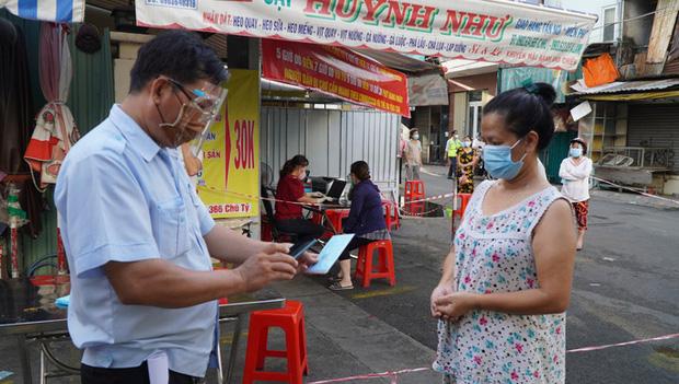 Người dân TP.HCM có thể được phát thẻ đi chợ cách 2-3 ngày/lần - ảnh 1