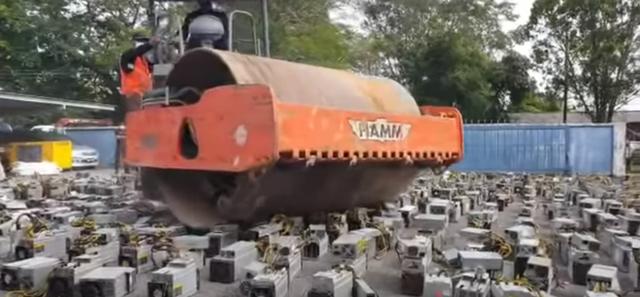 Malaysia đem xe lu ra cán nát 1000 máy đào Bitcoin bất hợp pháp - ảnh 1