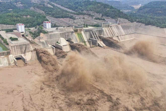 Trung Quốc cho nổ tung đê ngăn nước để chuyển hướng lũ - ảnh 1