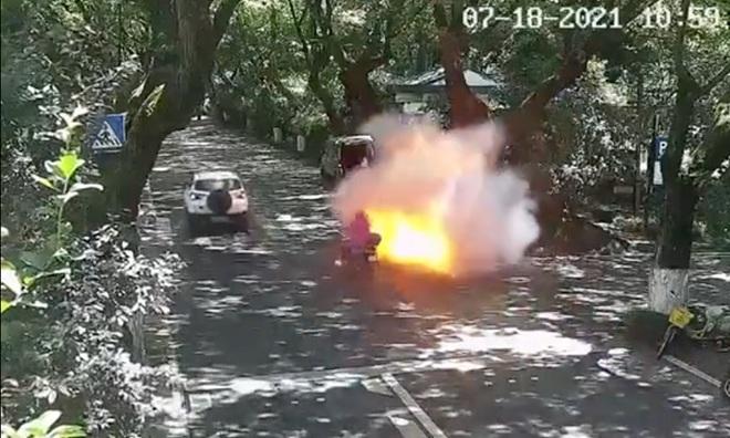 Kinh hoàng hình ảnh xe máy điện chở hai cha con bất ngờ phát nổ và bốc cháy - ảnh 1