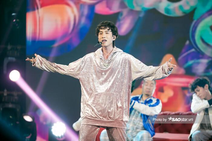 """VP Bá Vương trang phục hầm hố, Ali Hoàng Dương """"lãng tử"""" với style disco tại The Heroes"""