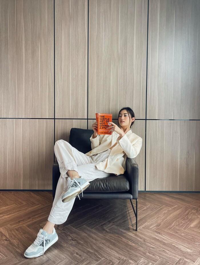 Hoa hậu Lương Thùy Linh mặc trang phục đàn ông nam tính, cuối tuần ở nhà đọc sách - ảnh 1