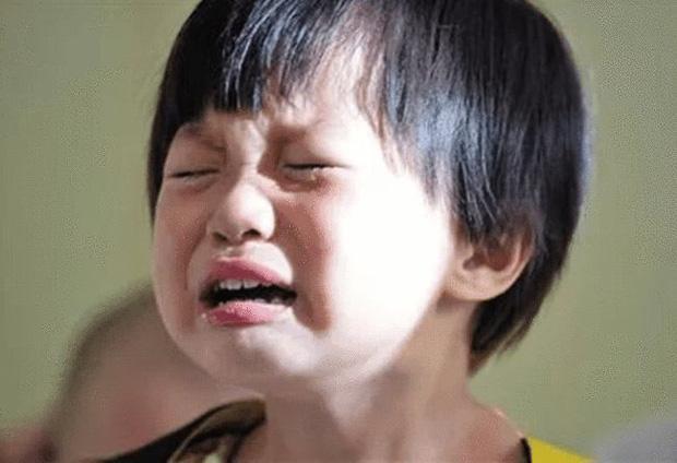 Cháu trai trùm kín đầu lúc ngủ, bà nội khóc ngất khi biết do mẹ kế mà ra