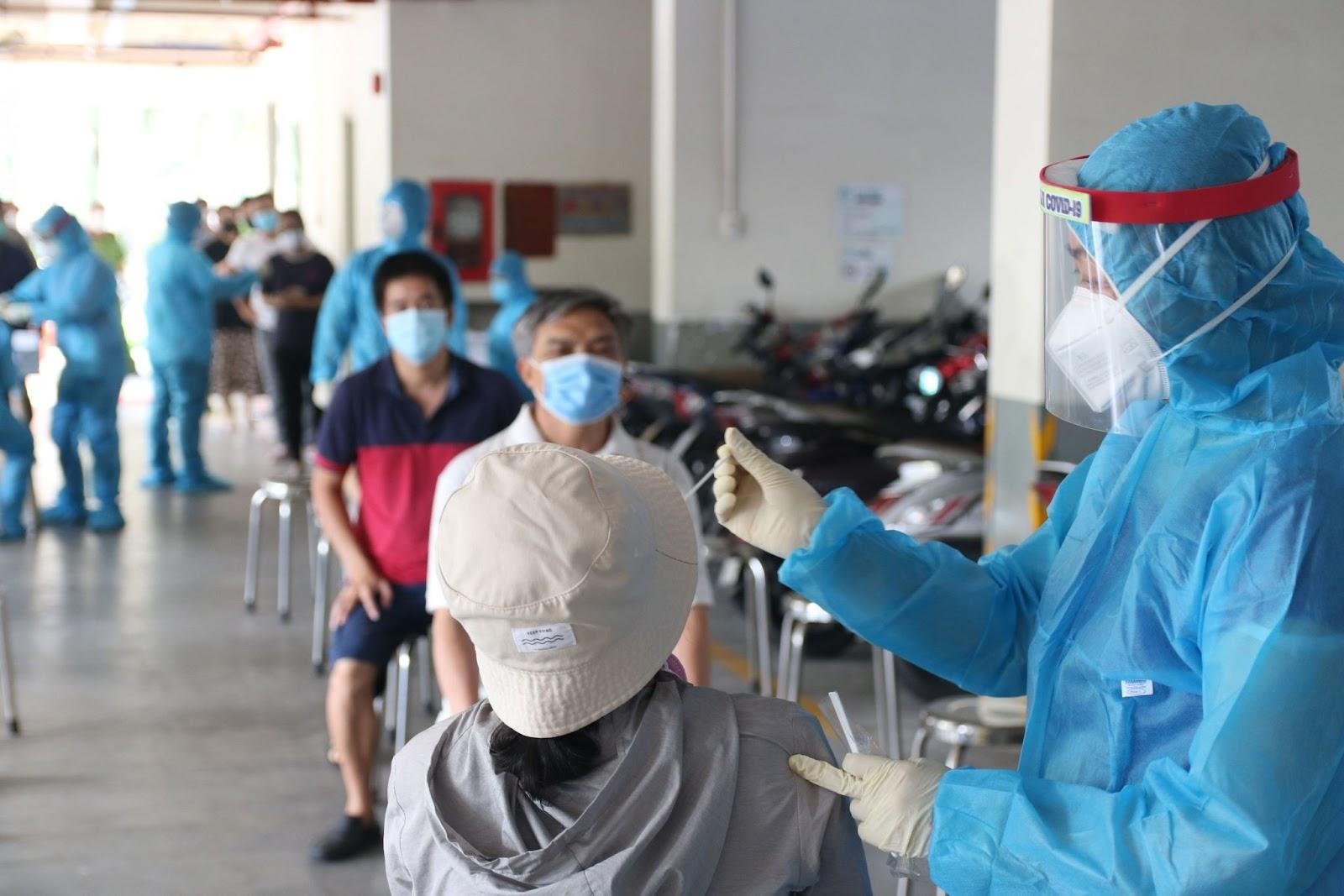 Người đàn ông đá văng bàn làm việc của nhân viên y tế ở TP.HCM gây bức xúc - ảnh 1