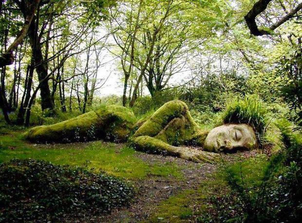 """Kỳ lạ bức tượng thiếu nữ nằm ngủ biến đổi """"xiêm y"""" theo 4 mùa"""