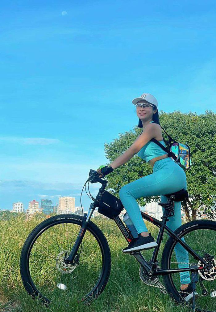 Mặc bikini đi xe đạp, phong cách thời trang 'lạc quẻ' được nhiều người hưởng ứng