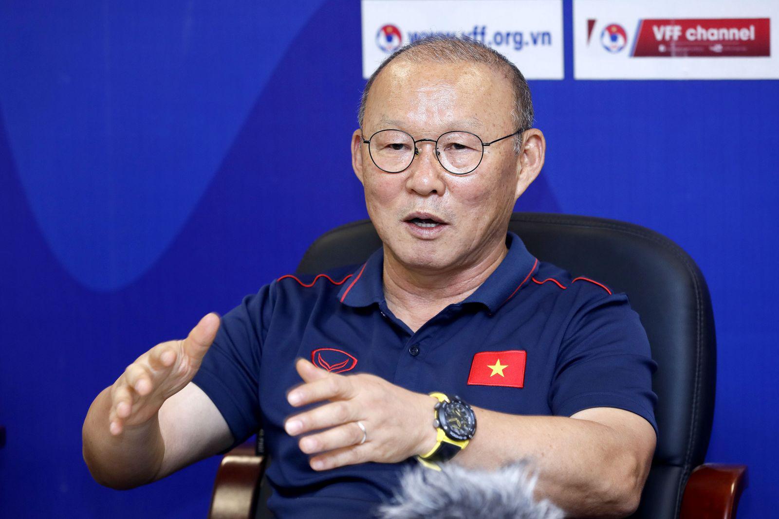 Vì sao HLV Park Hang-seo không hội quân cùng ĐT Việt Nam ngày 5/8?