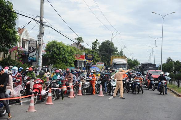 Lại 'kẹt cứng' chốt kiểm soát COVID-19 Quảng Nam - Đà Nẵng - ảnh 1
