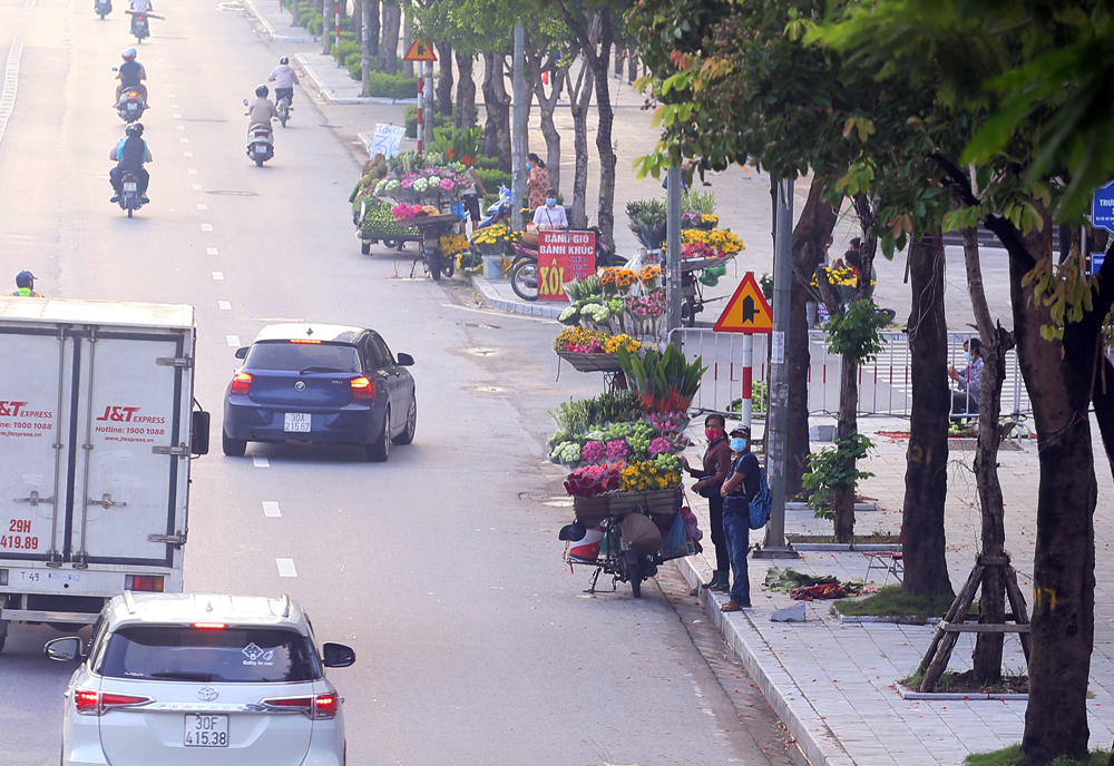 Hàng rong vô tư bán, đường phố vẫn đông đúc sáng ngày đầu Hà Nội thực hiện Chỉ thị 16 - ảnh 1