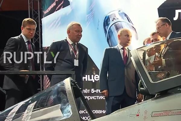 """Ông Putin chiêm ngưỡng tiêm kích """"Chiếu tướng"""" tiên tiến của Nga - ảnh 1"""