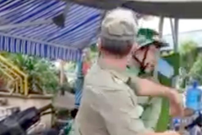 Tạm đình chỉ công tác 2 bảo vệ dân phố đánh tài xế Grab ở TPHCM - ảnh 1